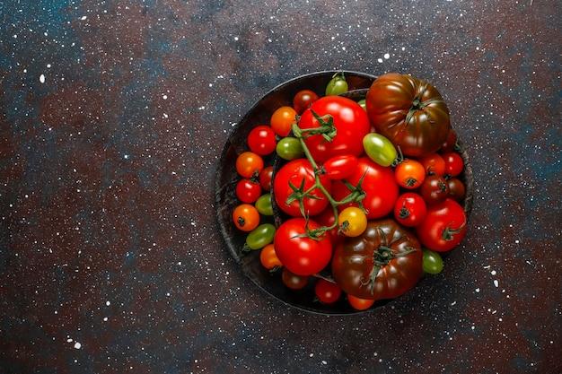 Świeże, organiczne różne pomidory.
