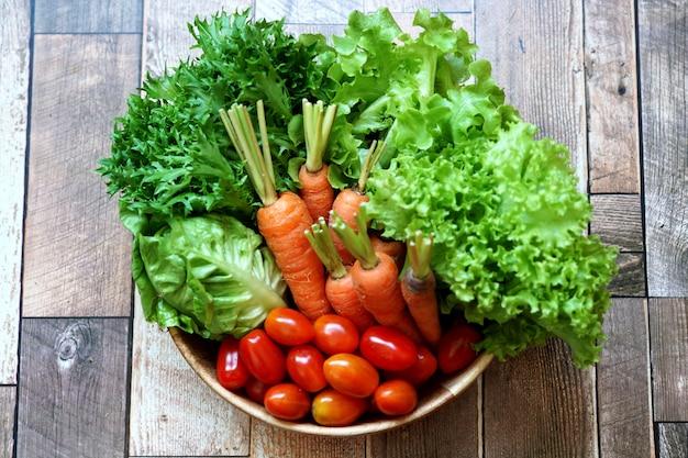Świeże organiczne warzywa na drewnianym stole, takie jak chińska biała kapusta marchewka zielona sałata