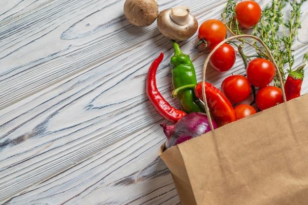 Świeże organiczne warzywa w ekologicznej papierowej torbie