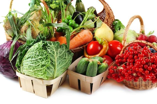Świeże, organiczne warzywa w wiklinowych koszach, z bliska