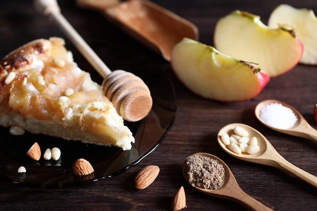 Świeże orzechy na stole na śniadanie z miodem i ciastem