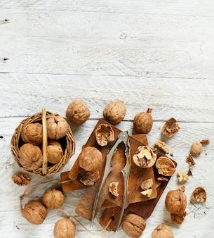 Świeże orzechy włoskie z dziadkiem do orzechów na starym drewnianym stole