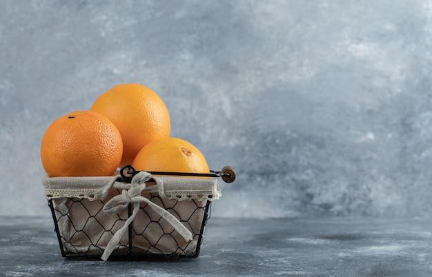 Świeże Orzeźwiające Pomarańcze W Koszu Na Marmurowym Stole. Darmowe Zdjęcia