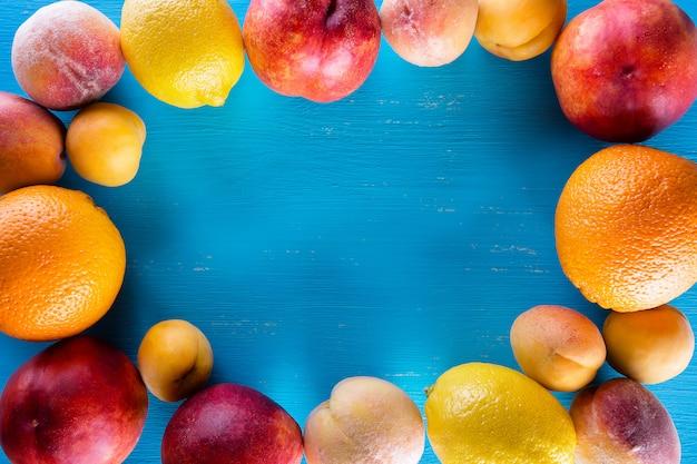 Świeże owoc na drewnianym błękita stole