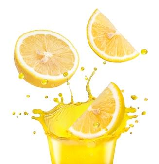 Świeże owoce cytryny wpadające do soków pomarańczowych rozpryskiwania na białej przestrzeni.