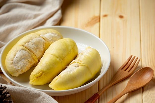 Świeże owoce durian na powierzchni drewnianych.