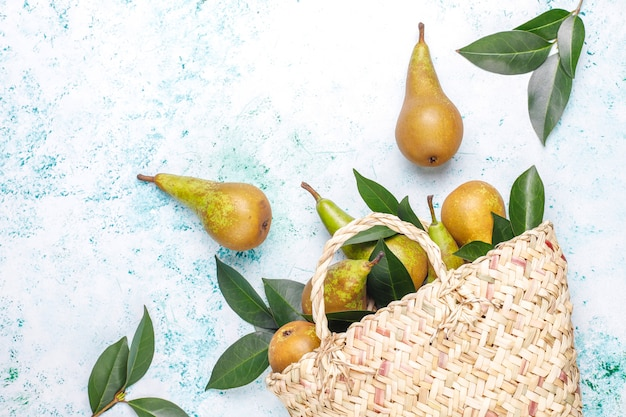 Świeże owoce gospodarskie ekologiczne, gruszki, pigwa, widok z góry