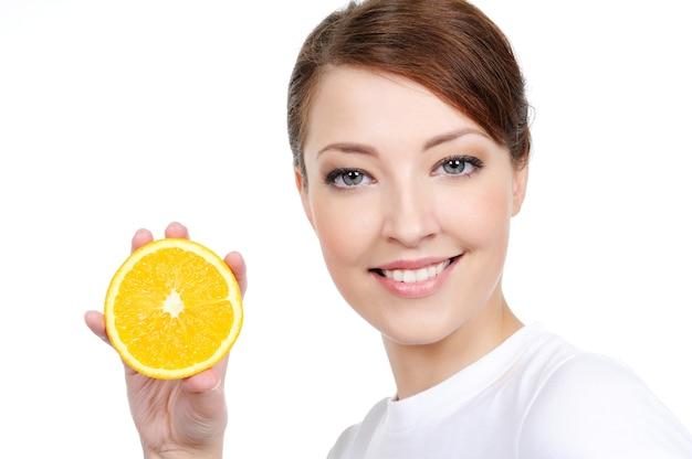 Świeże owoce i piękno twarzy na białym tle