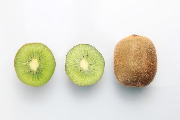 Świeże owoce kiwi, które zostały pokrojone