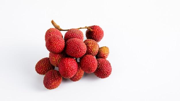 Świeże owoce liczi na drewnianym stole