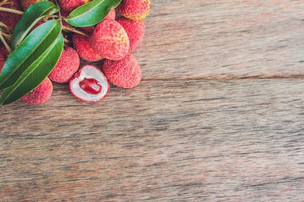 Świeże owoce liczi na starej drewnianej powierzchni