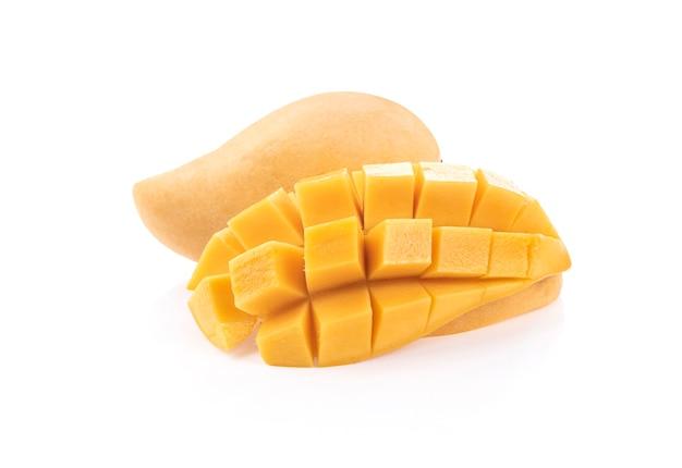Świeże owoce mango na białym tle