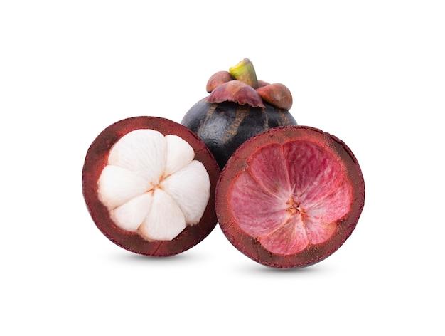 Świeże owoce mangostanu na białym tle