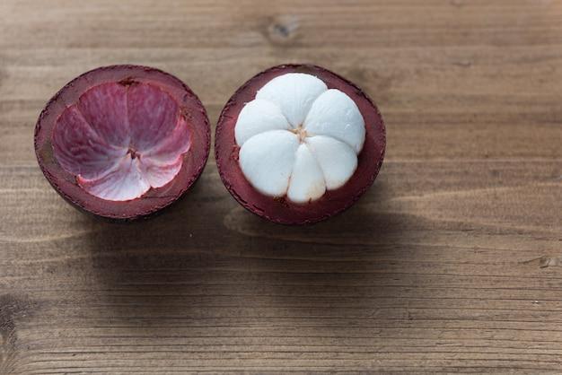 Świeże owoce mangostanu na drewnianym stole, królowa owoców w tajlandii