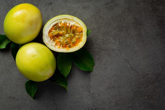 Świeże owoce męczennicy przekrojone na pół na ciemnej podłodze