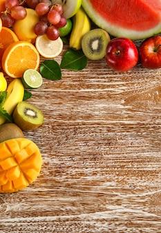 Świeże owoce mieszane na rustykalnym drewnianym z miejsca na kopię