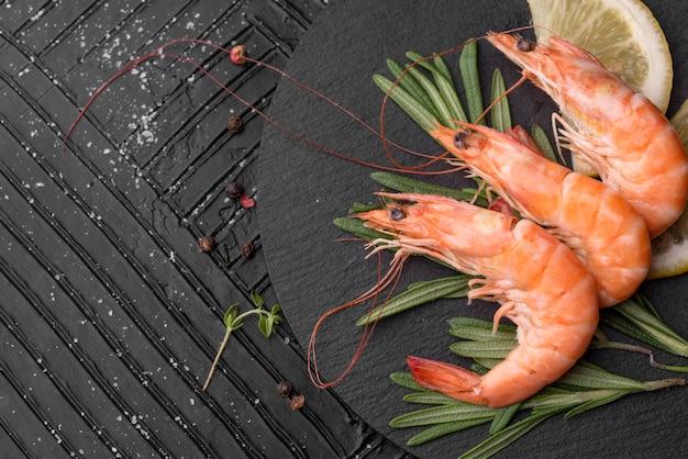 Świeże owoce morza krewetki i plasterka cytryny