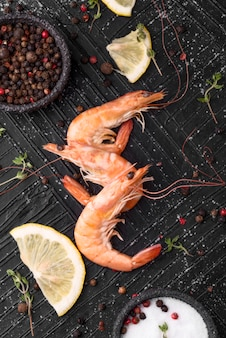 Świeże owoce morza krewetki z solą