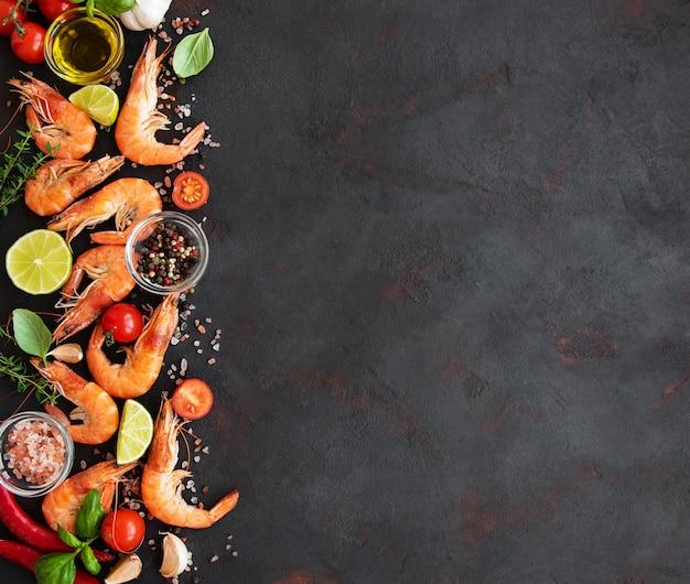 Świeże owoce morza - krewetki z warzywami. tło z copyspace