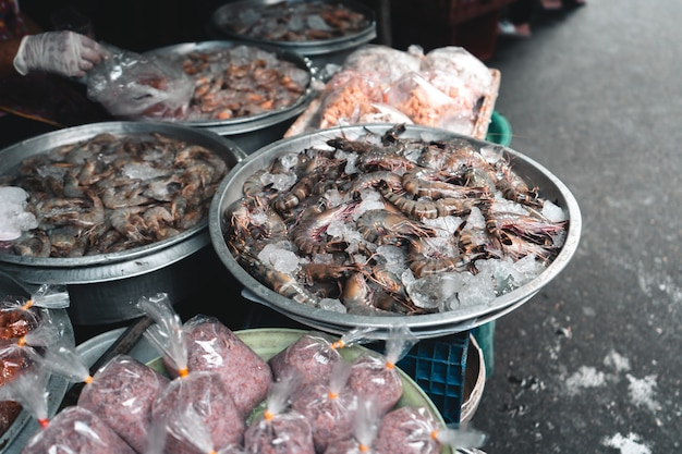 Świeże owoce morza na rynku tropikalnym, rynek świeżych