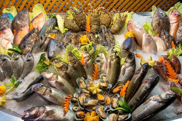 Świeże owoce morza są pięknie ułożone na blacie?