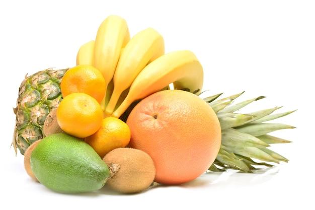 Świeże owoce na białym tle