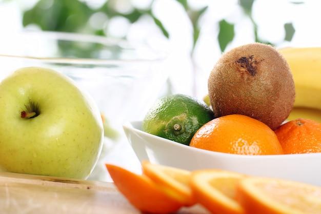 Świeże owoce na stole w kuchni