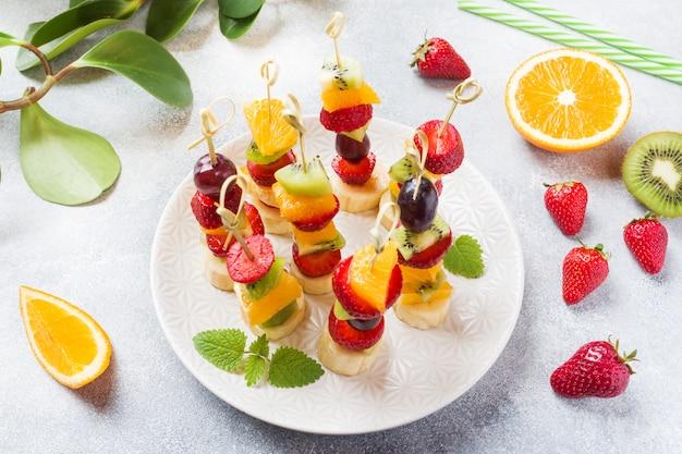 Świeże owoce na szaszłykach. bufet koncepcyjny na letnią imprezę.