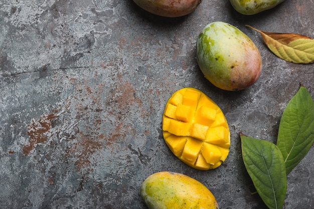 Świeże owoce tropikalne mango na szaro