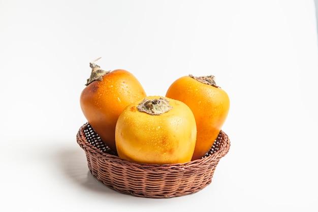 Świeże owoce tropikalne w rustykalnym kokonie miski