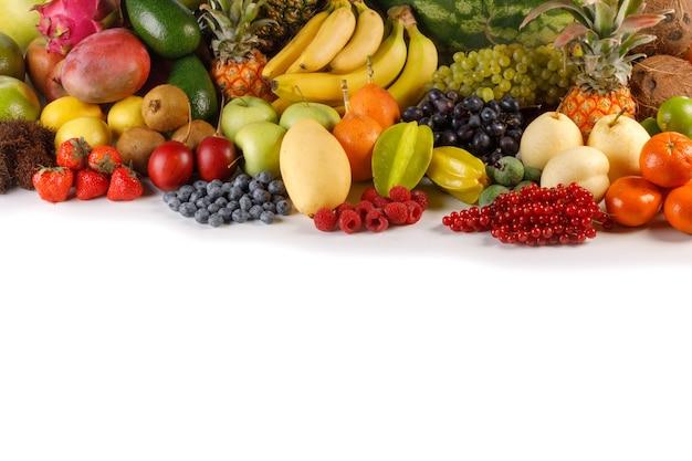 Świeże owoce tropikalne zbioru stosu na białym tle z miejsca kopiowania tekstu