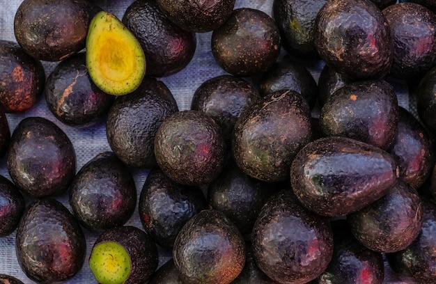 Świeże owoce tropikalnego awokado z bliska do sprzedaży na rynku, dobre dla tła