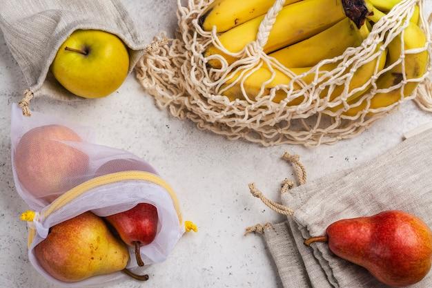 Świeże owoce w ekologicznych torebkach