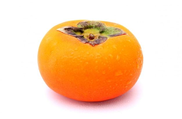 Świeże persimmons na białym tle.