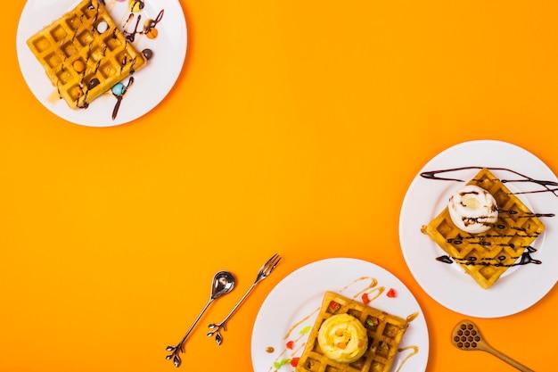 Świeże pieczenie gotowanie świeżych złotych gofrów belgijskich