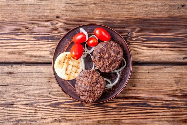 Świeże pieczone mięso burgera z warzywami