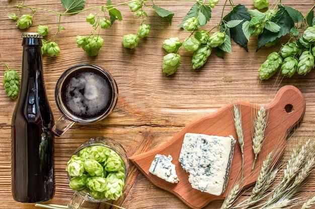 Świeże piwo i słony ser na drewnianym stole
