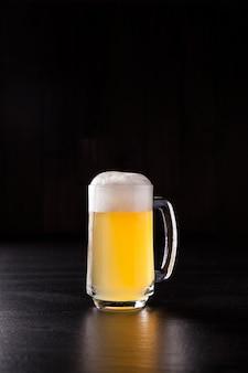 Świeże piwo na czarnym tle