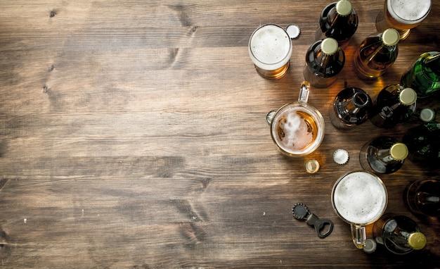 Świeże piwo na drewnianym stole.