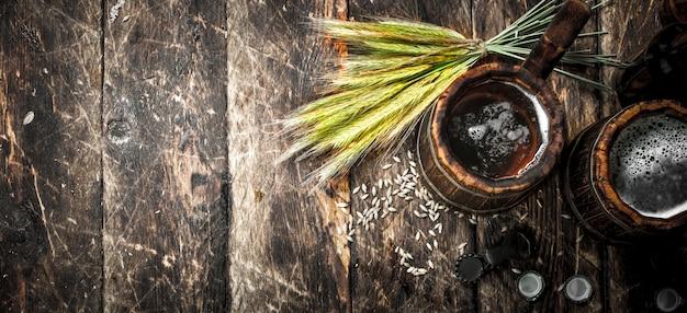 Świeże piwo w drewnianym kubku na drewnianym stole.
