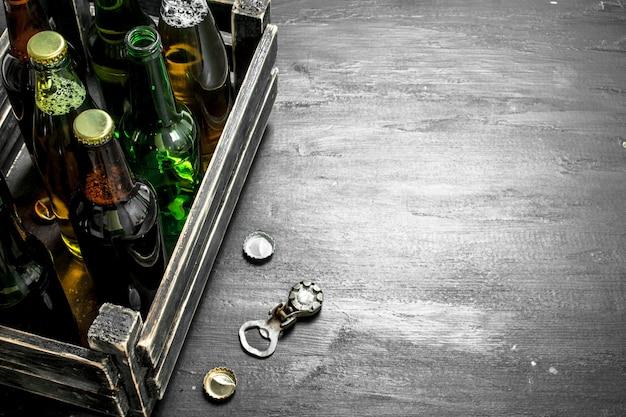 Świeże piwo w starym pudełku. na czarnej tablicy.