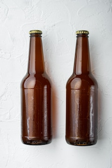 Świeże piwo w szklanych butelkach na białym kamieniu