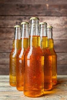 Świeże piwo w szklanych butelkach