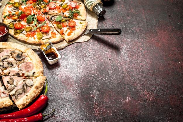 Świeże pizze z warzywami.