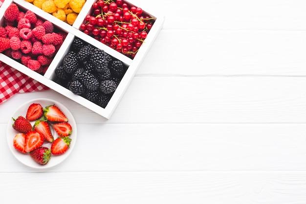 Świeże płaskie jagody z miejsca na kopię