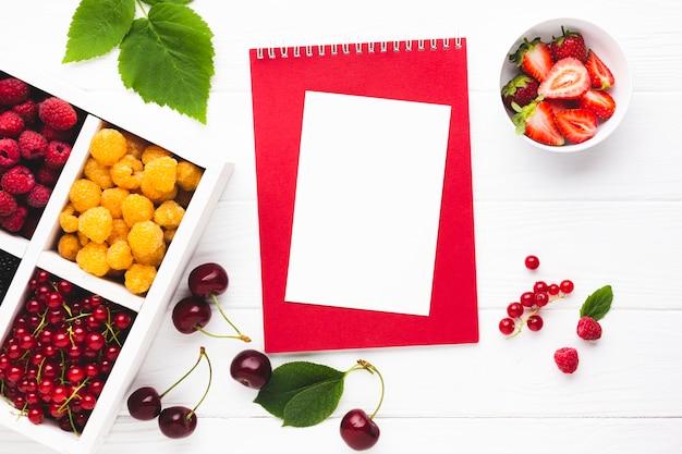 Świeże, płaskie jagody z notatnikiem