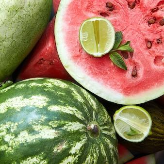 Świeże plastry czerwonego arbuza świeże dojrzałe limonki i melona