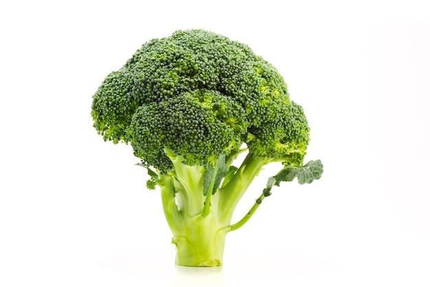 Świeże pojedyncze dojrzałe brokuły na białym tle