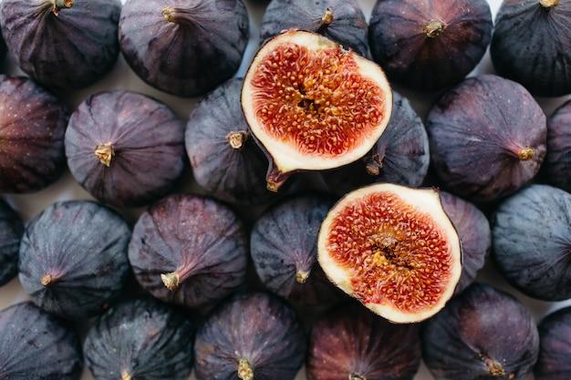 Świeże pokrojone i całe dojrzałe figi na białym tle. tło zdjęcie żywności. leżał płasko, widok z góry.