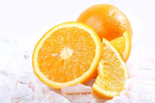 Świeże pomarańcze i lód
